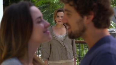 Cena de A Vida da Gente com Eva flagrando Ana e Rodrigo juntos