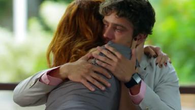Cena de A Vida da Gente com Rodrigo abraçada a Nanda e chorando