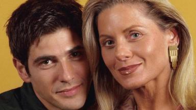 Reynaldo Gianecchini e Vera Fischer posam caracterizados com seus personagens