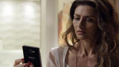Joyce assiste a mensagem enviada por Irene em seu celular