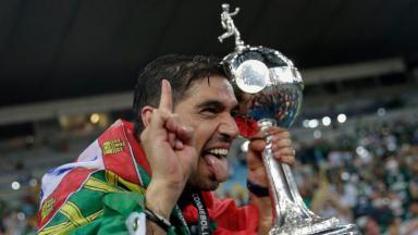 Abel Ferreira com a taça da Libertadores com a língua de fora