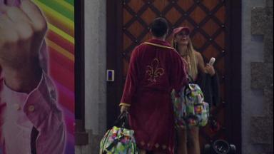 Sarah rindo junto com Gilberto em frente ao quarto do líder do BBB21