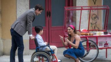 Régis e Maria da Paz em A Dona do pedaço com o Arthur na cadeira de rodas