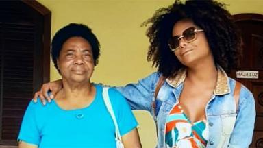 Adriana Bombom ao lado da mãe