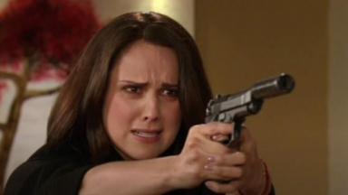 Adriana está com uma arma na mão em cena de Amores Verdadeiros