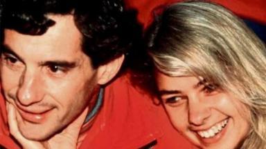 Adriane Galisteu abraçada com Ayrton Senna