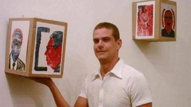 Adriano Castro segurando suas obras