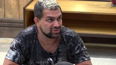 Evandro Santo aparece de frente em print de vídeo postado em seu Instagram em clínica de reabilitação que está internado