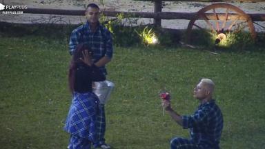 Léo Stronda entrega flores a Luane Dias