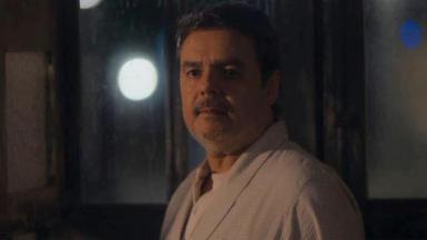 Afonso com cara de preocupado no meio da noite