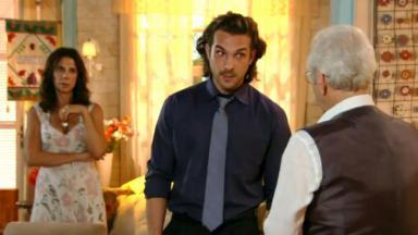 Alberto com olhar fico para o pai de Ester