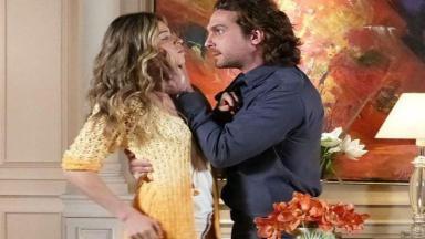 Alberto segura Ester pelo pescoço e os dois se encaram