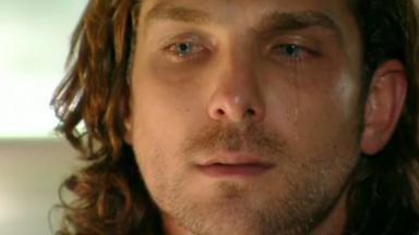 Alberto olha para frente e chora