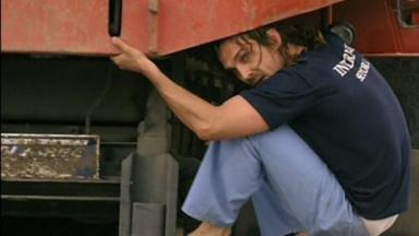 Alberto agarrado a um caminhão durante fuga