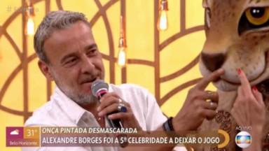 Alexandre Borges apontando para a máscara de Onça Pintada