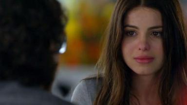 Alice escuta Renato e chora