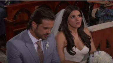 Os personagens Alonso e Maria Desamparada durante cena de casamento em Triunfo do Amor