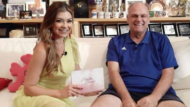 Amanda Françozo entrevista Oscar Schmidt na estreia do programa De Papo com Amanda Françozo