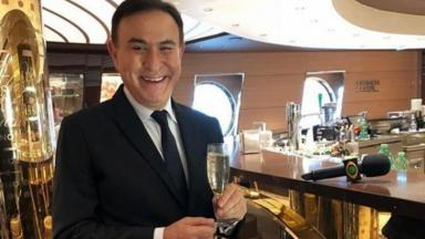 Amaury Jr. com uma taça de champanhe nas mãos