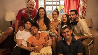elenco sorrindo de Amor Mãe no set de filmagem da novela