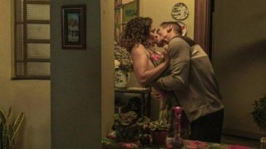 Penha beijando Belizário em Amor de Mãe