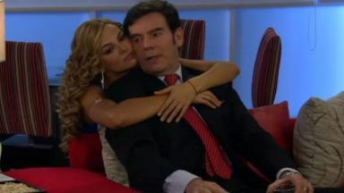Cena de Amores Verdadeiros com Kendra abraçando Nelson