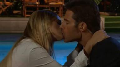 Cena de Amores Verdadeiros com beijo de Nikki e Francisco