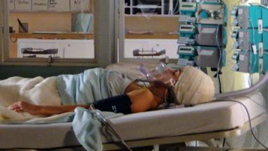 Ana inconsciente na UTI do hospital