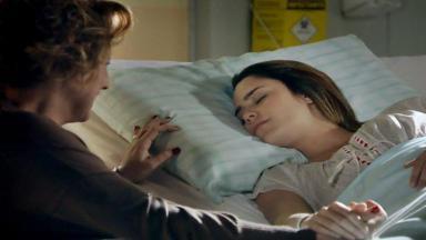 Eva emocionada observa Ana em coma