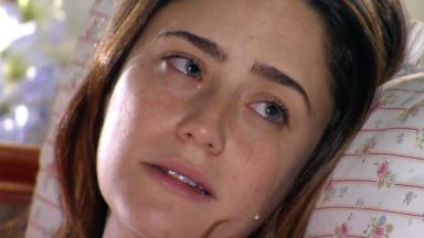 Ana deitada na cama chora com visita de Sofia