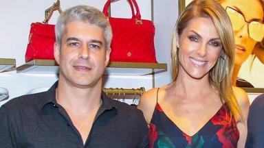 Alexander Correa e Ana Hickmann posam sorridentes para foto