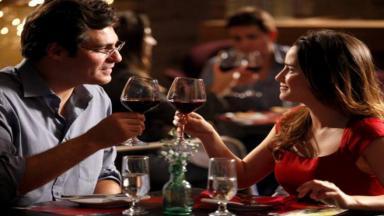 Ana e Lúcio brindam com vinho em A Vida da Gente