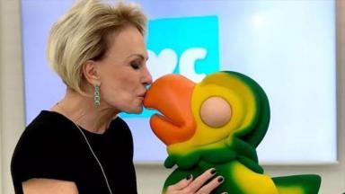 Ana Maria Braga dando um beijo no bico do Louro José