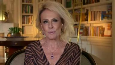 Ana Maria Braga sentada ao ser entrevistada no Roda Viva
