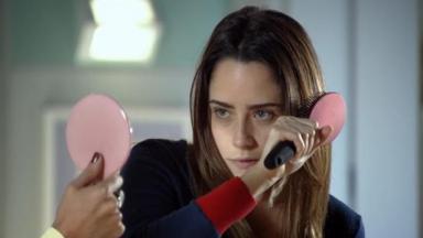 Ana penteando o cabelo em A Vida da Gente