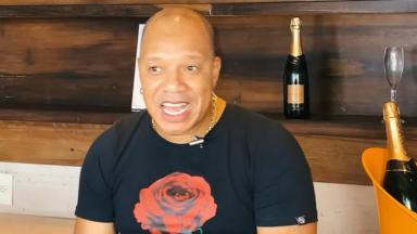 Anderson do Molejo com camiseta preta com rosa vermelha