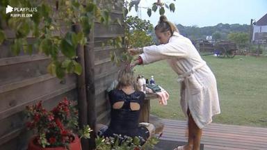 Andréa de Nóbrega toma banho de caneca