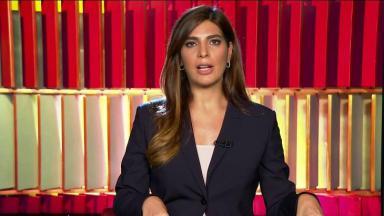 Andréia Sadi sentada