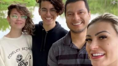 Andressa Urach, o marido, o filho e a nora, em foto