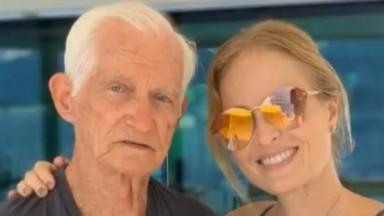 Angélica posa para foto sorrindo ao lado e abraçada com o pai