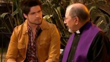 Aníbal sentado ao lado de padre Severino