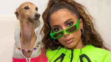 Anitta e um dos seus cachorros