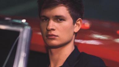 Ansel Elgort atuou em A Culpa é das Estrelas e Baby Driver - Em Ritmo de Fuga