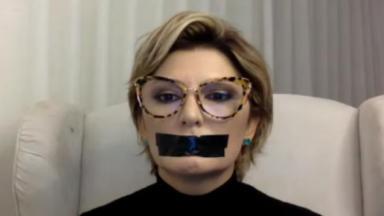 Antonia Fontenelle está com fita na boca durante live