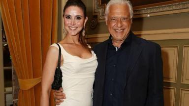 Antônio Fagundes posa para foto ao lado da esposa Alexandra Martins
