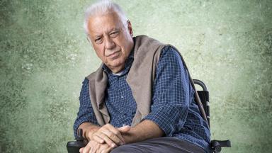 Antonio Fagundes posando como seu personagem em Bom Sucesso