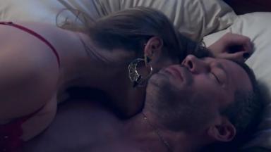 Mulher desconhecida beija Apolo que está inconsciente e sob efeito de droga