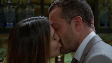 Tamara e Apolo se beijando