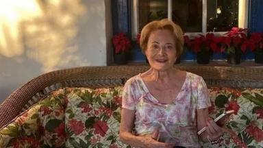 Gloria Menezes em sofá