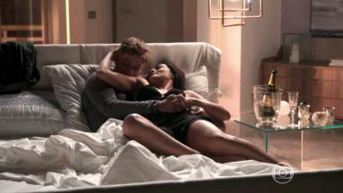 Arthur e Carolina juntos na cama em Totalmente Demais
